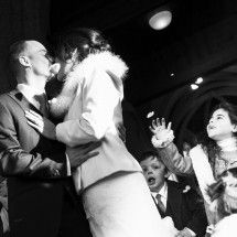 photographe mariage en hiver le baiser sortie d'église