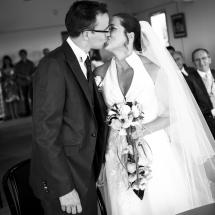 photographe mariage Lyon le baiser à la mairie Gaelle et Thibault