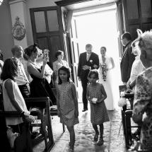 photographe mariage Lyon Gaelle et son père entrée de l'église