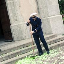 photographe mariage Chamonix balayeur sur le parvis