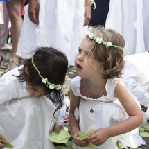 photographe mariage Beaujolais petites filles d'honneur parvis de l'église