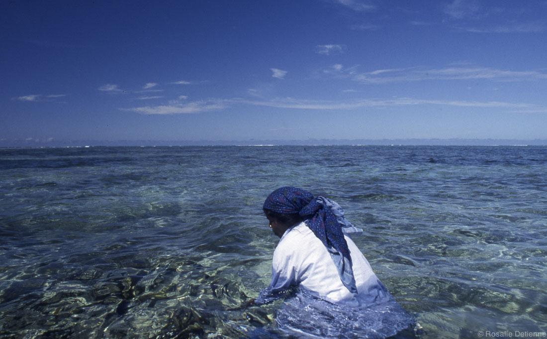 mme santa dans l'eau